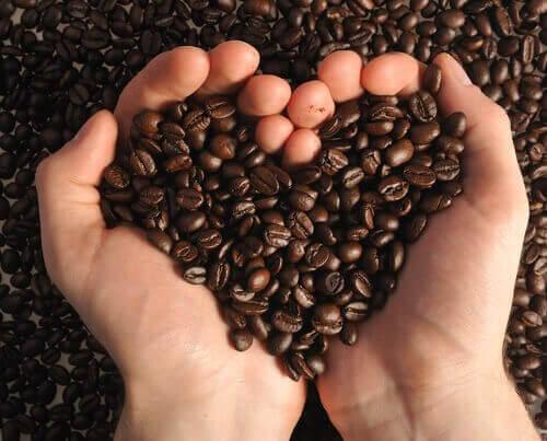 kuori kasvot kahvilla