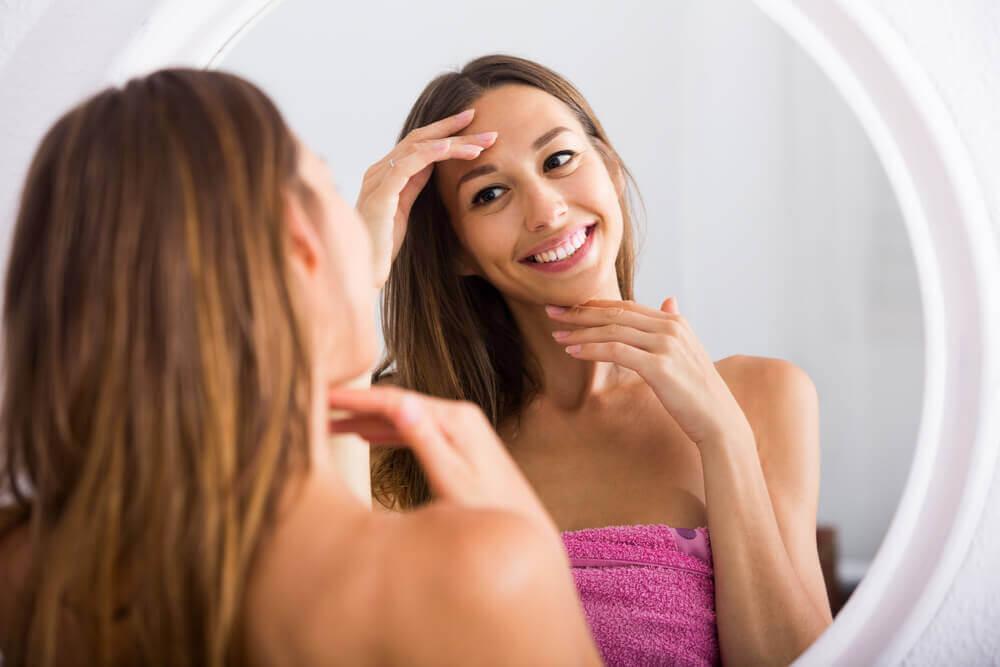 nainen ihailee ihoaan
