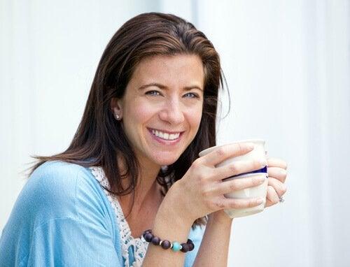 nelikymppinen nainen juo teetä