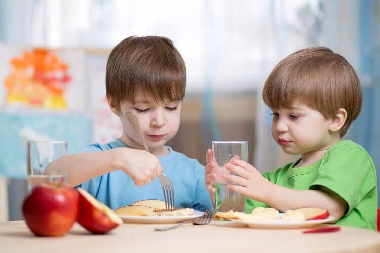 lapset syömässä