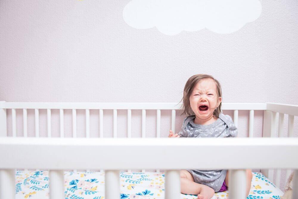 lapsi itkee sängyssään: lapsen kurittaminen ja sen seuraukset