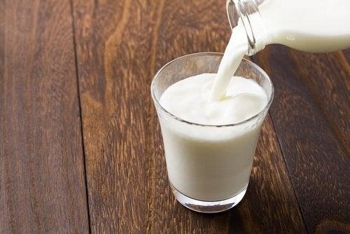 Maito auttaa häivyttämään tummia renkaita silmien alta