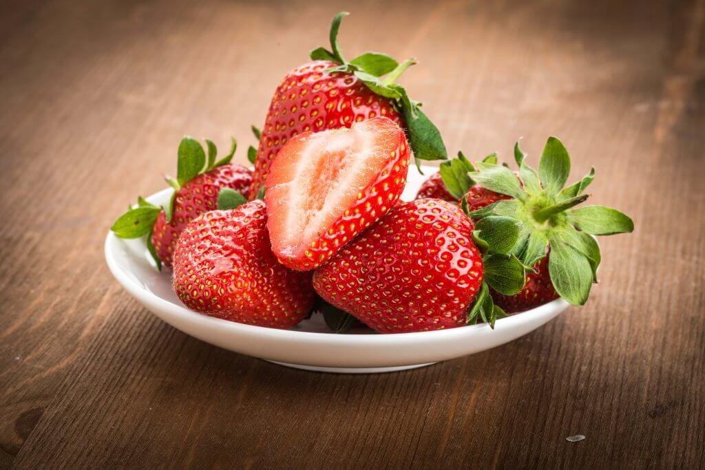 kokeile hiusten terveyttä edistävää hoitoa mansikoista