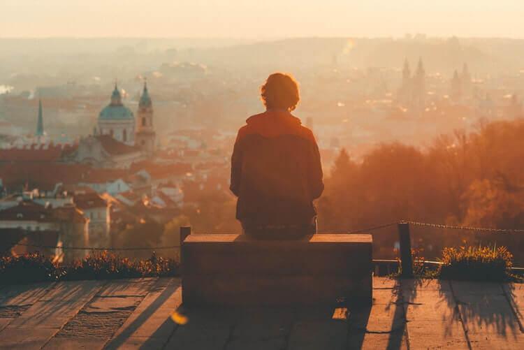 mies yksin katolla