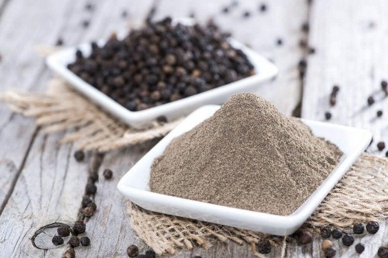 Mustapippuri edistää ravintoaineiden imeytymistä ja näin hiustenkasvua