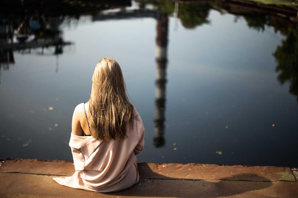 nainen istuu yksin