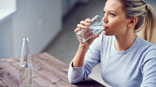 vettä juova nainen