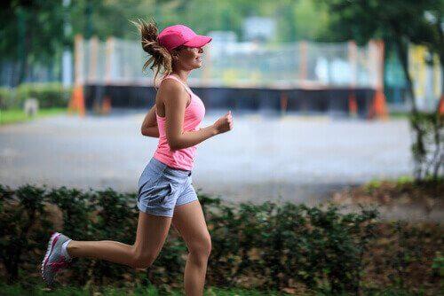 kolmikymppinen nainen lenkillä