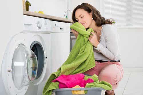 Kuinka poistat pahan hajun pyyhkeistä