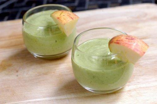 Energiaa antava smoothie avokadosta ja omenasta