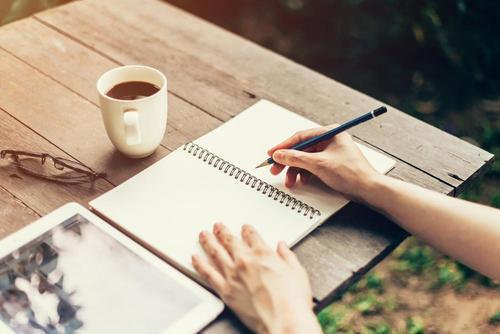 Tunnepäiväkirjan kirjoittaminen voi auttaa nostamaan mielialaa