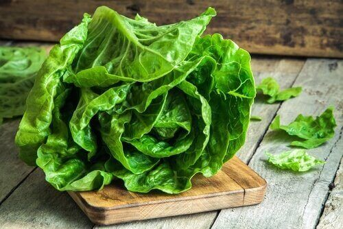 Salaattiwrapit kääritään lehtisalaattiin