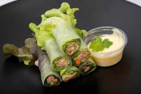 Salaattiwrapit kasvis- ja hedelmätäytteellä