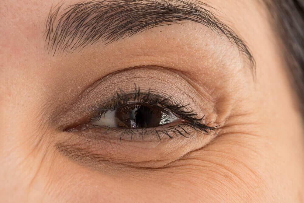 naisen silmä