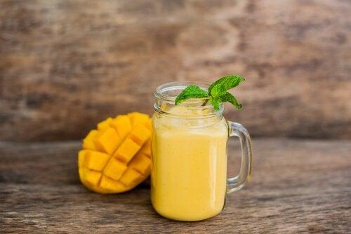 Oranssi smoothie mangosta ja papaijasta