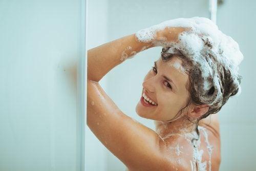 äiti suihkussa