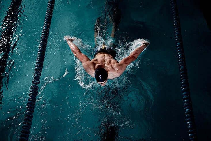 uimaan opettelu altaassa