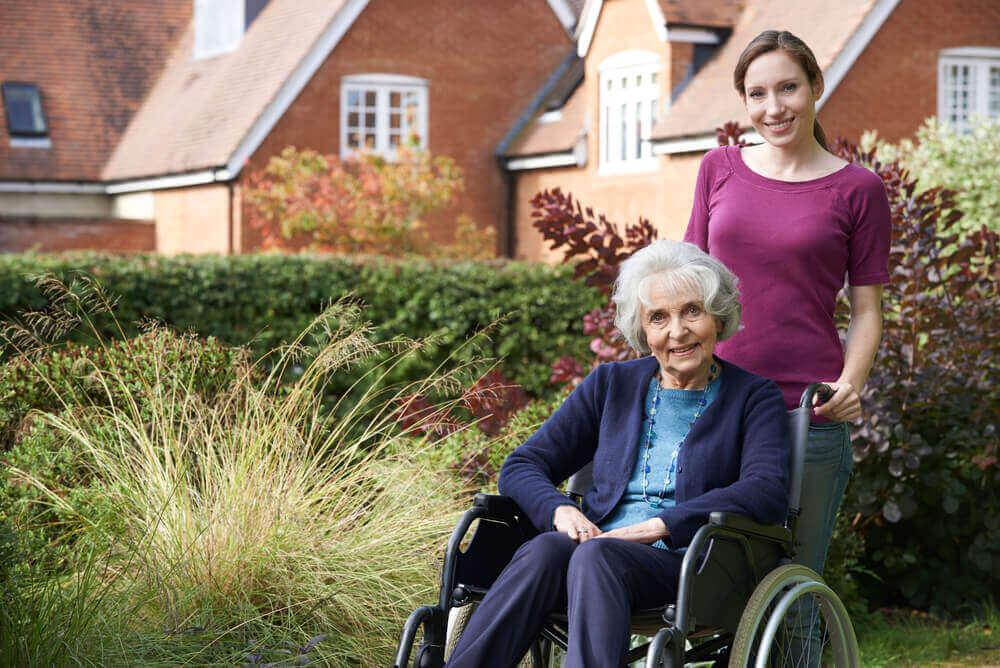nuori nainen hoitaa vanhaa naista