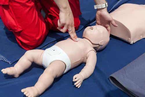 Kuinka elvyttää vauva