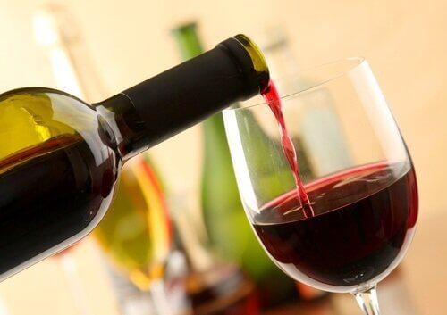kaataa viiniä pullosta lasiin