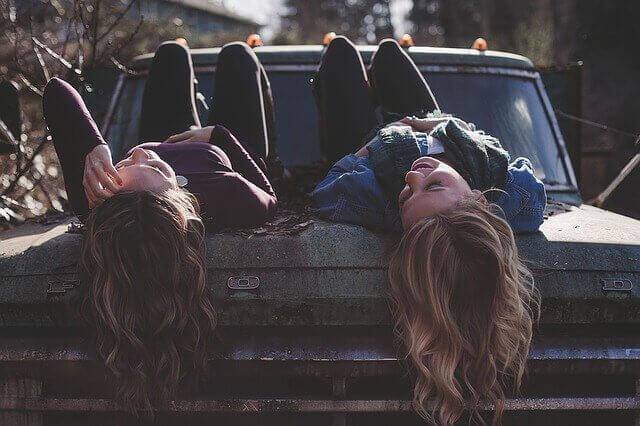 ystävät tuovat onnellisuutta elämään