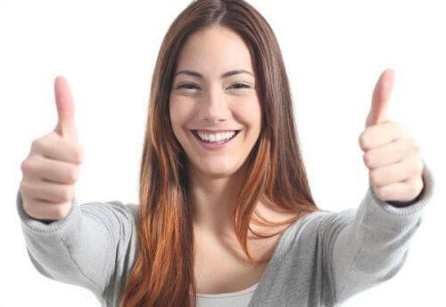 viehättävän naisen hymy