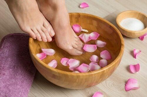 ruusunlehtikylpy jaloille