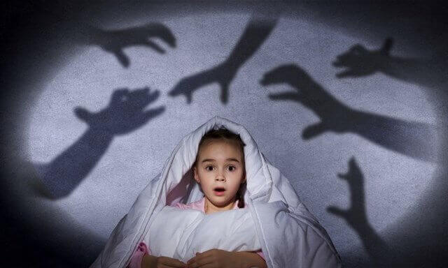 pieni tyttöö pelkää käsiä