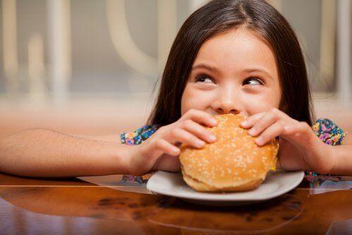 Valikoivassa syömisessä lapselle saattaa maistua vain roskaruoka