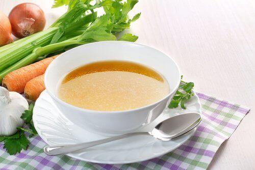 Pahoinvoinnissa kannattaa syödä helposti sulavia ruokia kuten keittoja