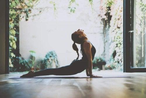 Rentouttavat joogaharjoitukset stressin lievitykseen