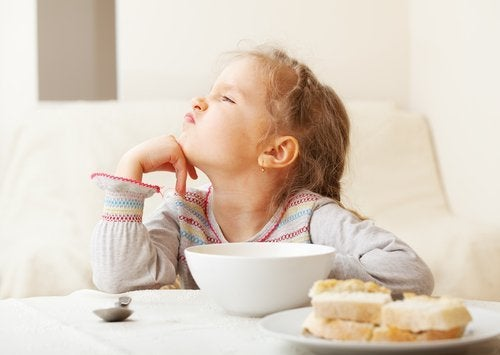 Valikoivasti syövä lapsi ei suostu syömään tiettyjä ruokia