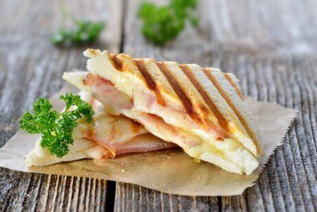 proteiinipitoinen voileipä
