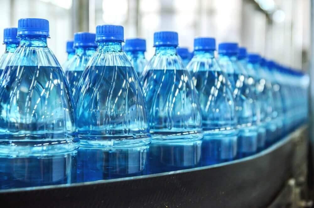 Mineraalivettä pulloissa