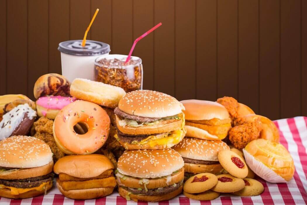 Tyydyttynyttä rasvaa ja sokeria sisältävä ruoka aiheuttaa ummetusta