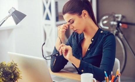 stressi aiheuttaa turvotusta silmän ympärillä