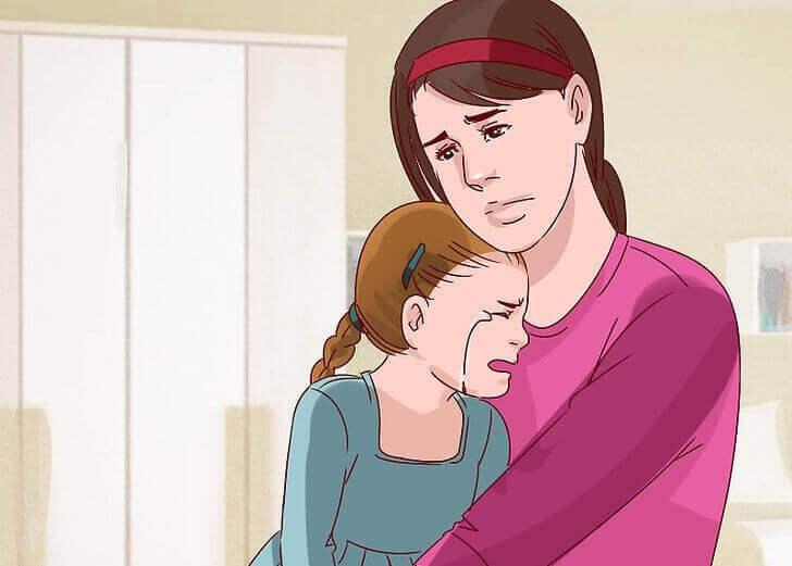 äiti pitelee itkevää tyttöä