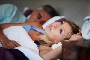 unissa puhuminen voi häiritä kumppania