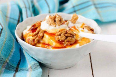 jogurtti ja pähkinät