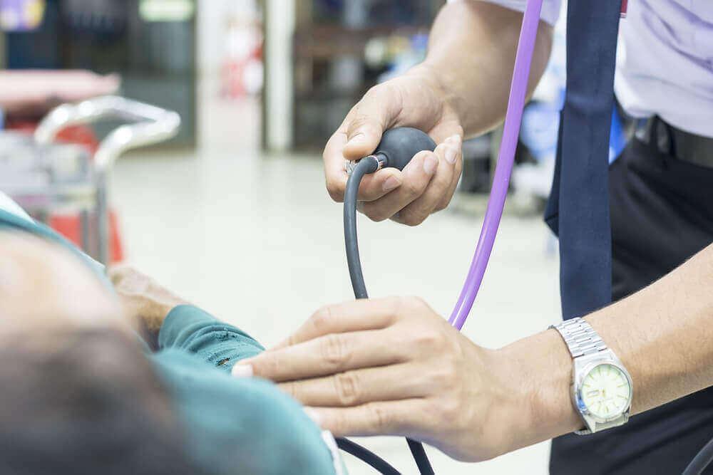 vanhuksen verenpainetta mitataan
