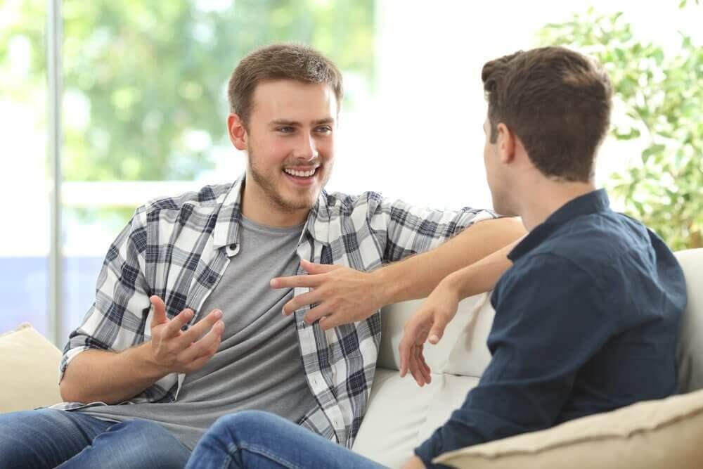 ystävät juttelevat sohvalla