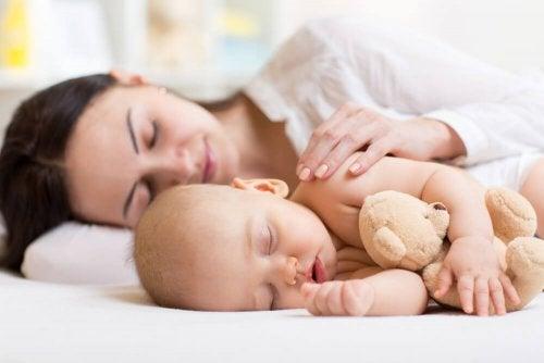 Vauvat nukkuvat paremmin, kun tuntevat olonsa turvalliseksi