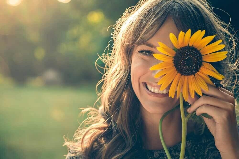 nainen ja auringonkukka