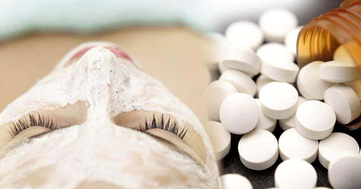 nainen kokeilee kasvonaamiota aspiriinista