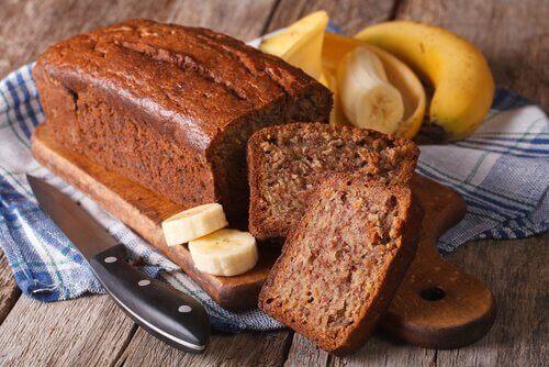kevyet leivonnaiset: jauhoton banaanikakku
