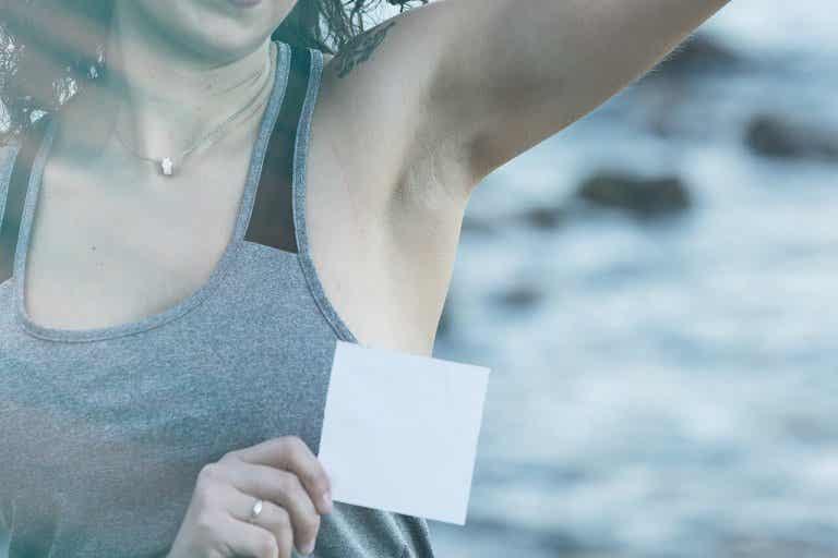 Näin poistat deodoranttitahrat vaatteista ekologisesti