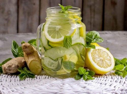 Kehoa puhdistava juoma inkivääristä, omenasta ja sitruunasta
