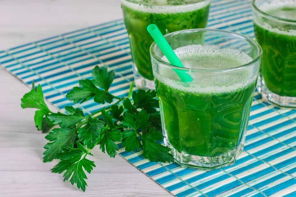 Aterian korvaaminen detox-smoothiella puhdistaa elimistöä