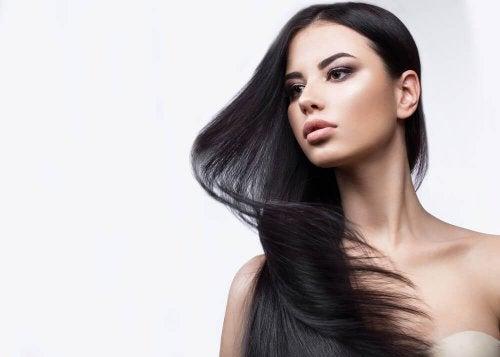 Eteeriset öljyt ja kotitekoiset shampoot ovat luonnollinen keino hentojen hiusten vahvistamiseen