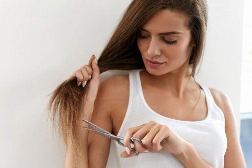 Kuinka päästä eroon kaksihaaraisista hiuksia leikkaamatta?